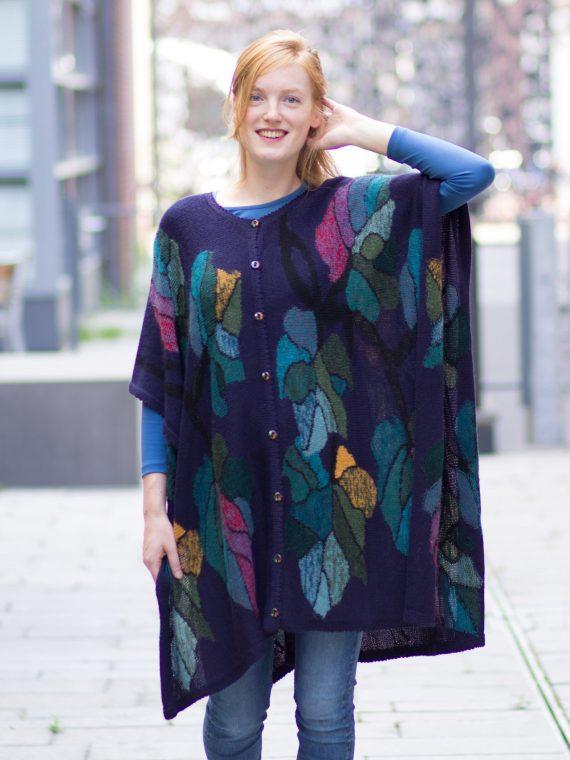 Arana-alpaca-wollen-poncho-blauw-artistiek-motief-duurzame-kwaliteit-peru-fairtrade