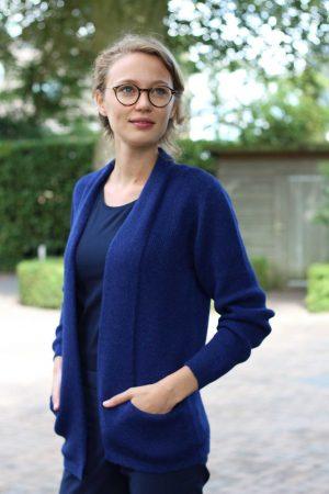 Dames-vest-angelica-kobalt-blauw-paars-shawl-kraag-gebreid-alpaca-wol-zakken-peru