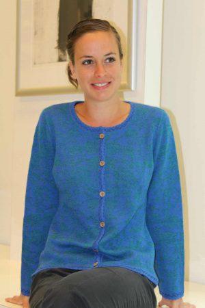 Dames-vest-blauw-groen-gebloemd-gebreid-alpaca-wol-kaira-manuela-bedford