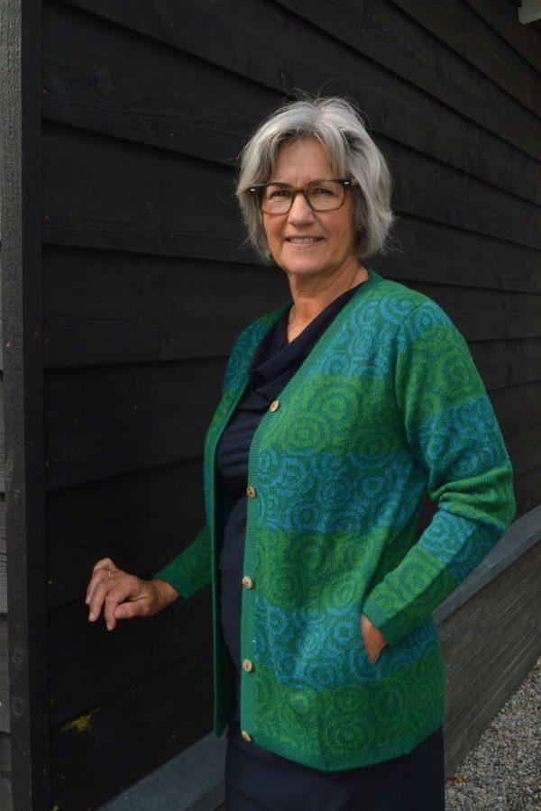 Dames-vest-groen-blauw-rond-patroon-gebreid-alpaca-wol-peru-duurzaam-verantwoord-grote-maat