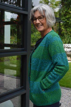 Dames-vest-grote-maat-blauw-groen-rond-patroon-alpaca-wol-duurzaam-verantwoord