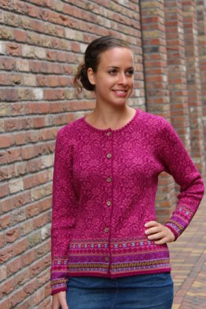Dames-vest-roze-fuchsia-gebloemd-gebreid-alpaca-wol-bamboe-knoopjes