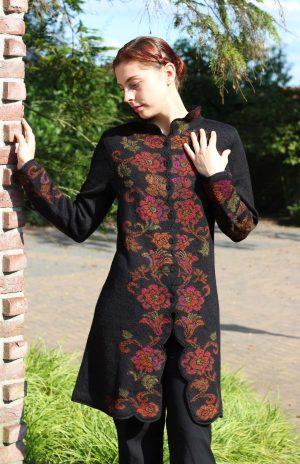 Gebloemd-lang-vest-zwart-alpaca-wol-roest-bruin-oranje-rood-gebreid-bolivia-exclusief-stijl