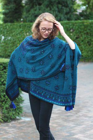 Gebreide-omslagdoek-exclusief-stijlvol-blauw-zwart-alpaca-wol-kwatjes