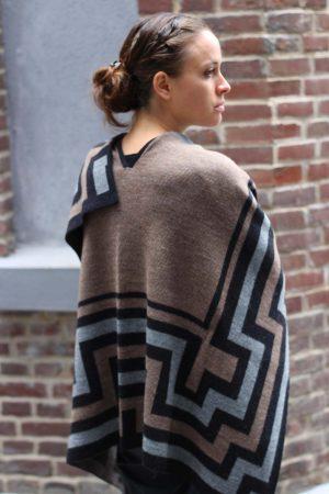 Gebreide-omslagdoek-grijs-beige-zwart-alpaca-wol