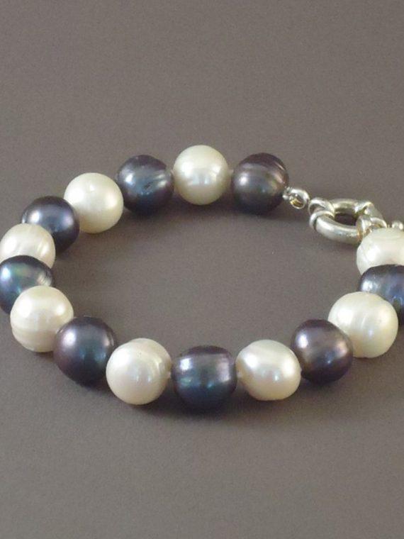Handgemaakte-armband-zoetwater-parels-wit-zwart