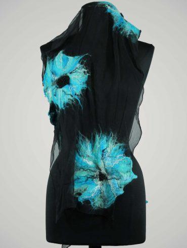 Wol-vilten-shawl-zwart-blauw-gebloemd-vilt-sjaal-zijde