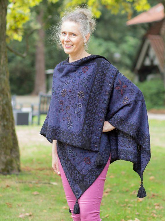 Gebreide-omslagdoek-reversible-blauw-paars-zwart-gebloemd-alpaca-wol