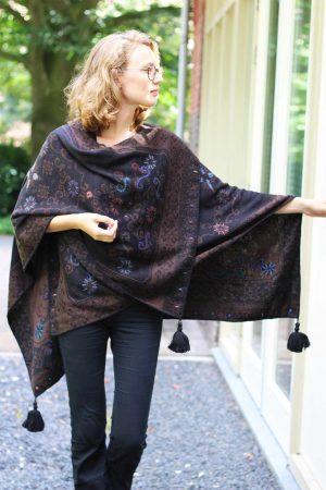 Omslagdoek-zwart-bruin-gebloemd-geborduurd-alpaca-wol-gebreid-peru-exclusief-stijlvol-chique-cape