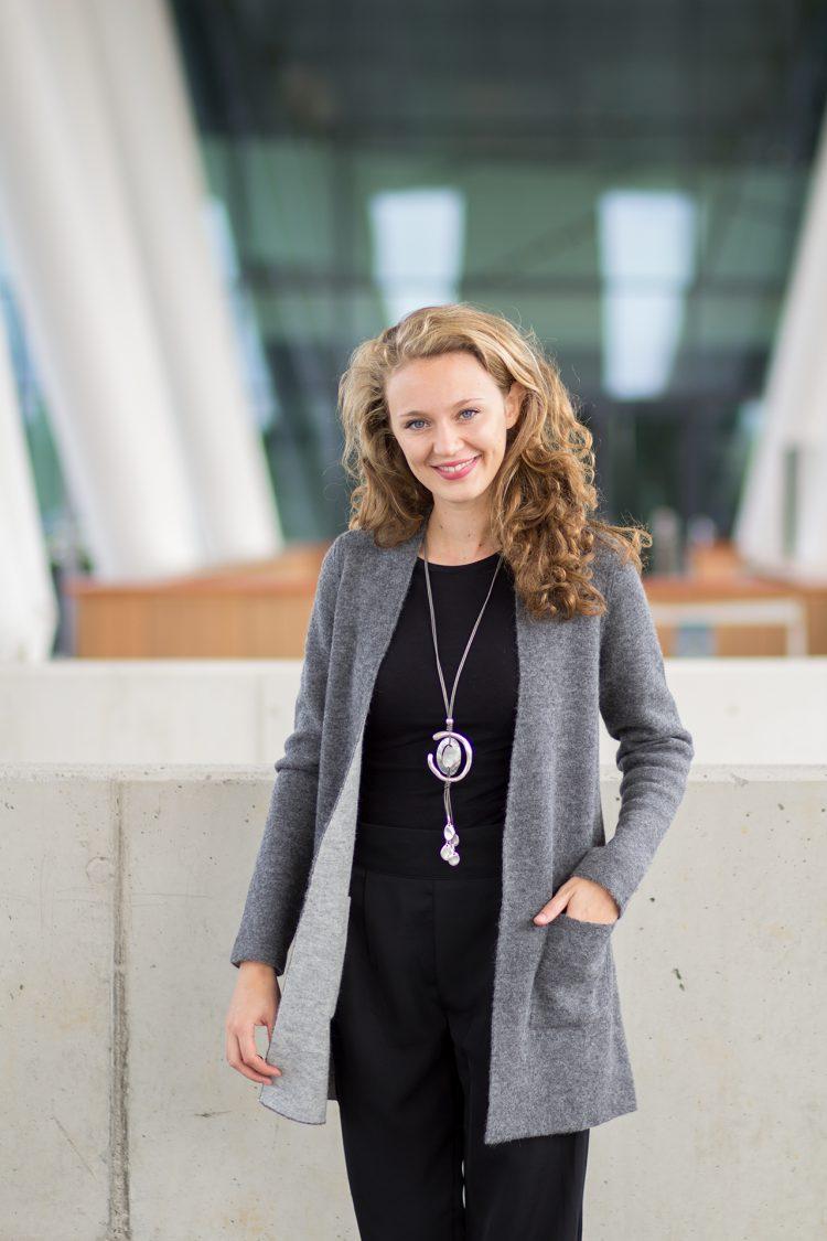 lang grijs dames vest omkeerbaar met zakken aan beide kanten. Gemaakt van 100% alpaca wol.