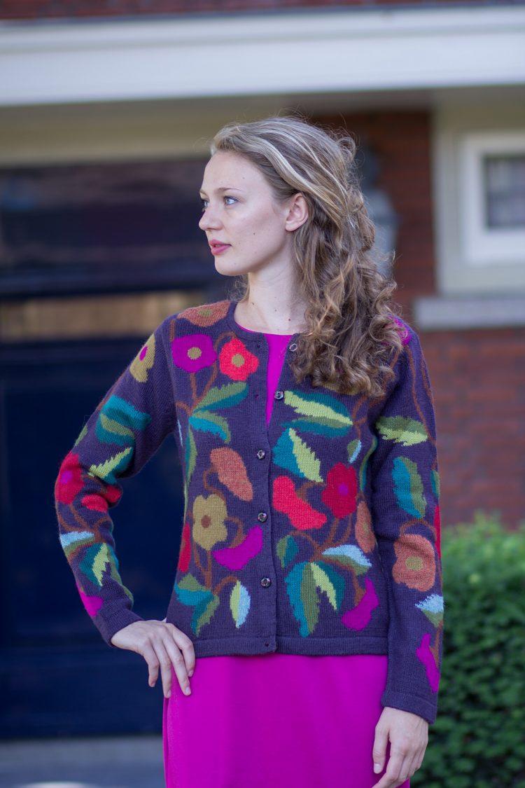 Paars gebloemd dames vest van alpaca wol vrolijk en creatief