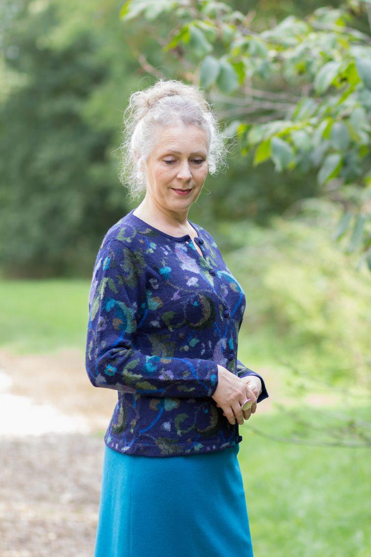 Gebreid dames vest van alpaca wol blauw paars met gebloemd motief