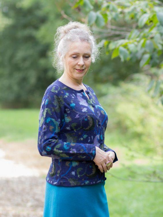 arana-blauw-paars-gebloemd-dames-vest-gebreid-alpaca-wol-768×1152