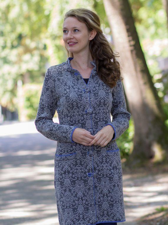 Lang grijs dames vest met elegant motief en modieuze lavendelblauwe accenten