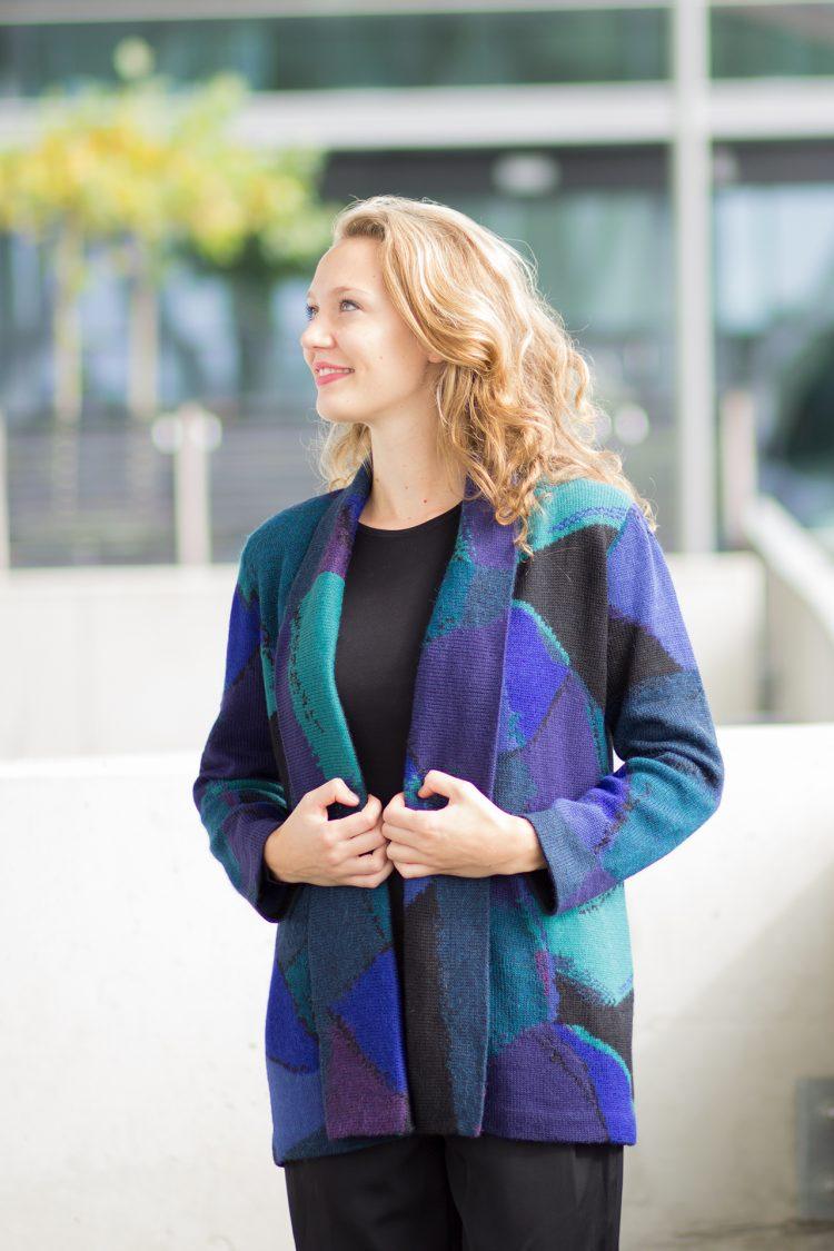 Half lang open alpaca wollen vest blauw zwart paars abstracte vlakken