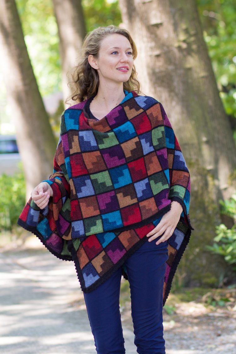 Vrolijke multicolor omslagdoek in Zuid-Amerikaans motief gebreid van alpaca wol