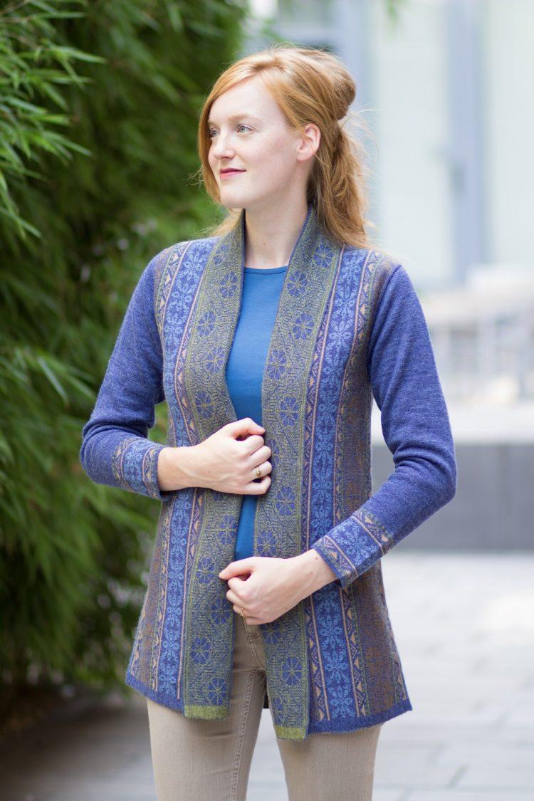 Halflang openvallend vest denim blauw van duurzame alpaca wol