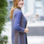 Halflang blauw openvallend vest met motief in natuurlijke kleuren van alpaca wol