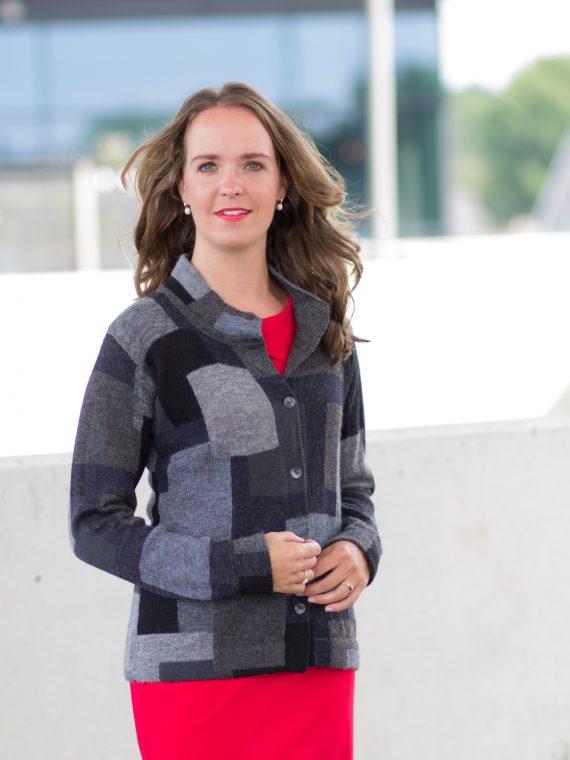 Asarti-grijs-geblokt-dames-vest-met-opstaande-kraag-gebreid-alpaca-wol-knitwear-bolivia-fairtrade