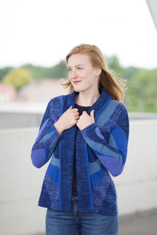 Asarti openvallend vest in blauw tinten van alpaca wol en pima katoen