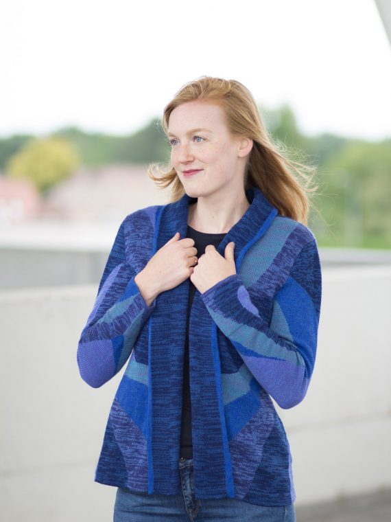 Asarti-open-dames-vest-blauw-motief-shawl-kraag-zakken-alpaca-wol-gebreid-bolivia