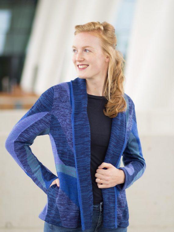 Asarti-openvallend-vest-alpaca-wol-gebreid-shawl-kraag-blauw-motief-fairtrade-knitwear