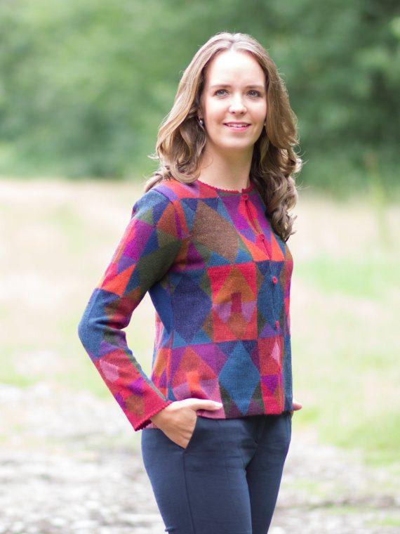 Alpaca-wollen-dames-vest-milma-rood-blauw-paars-geblokt-geometrisch-patroon-exclusieve-knitwear-