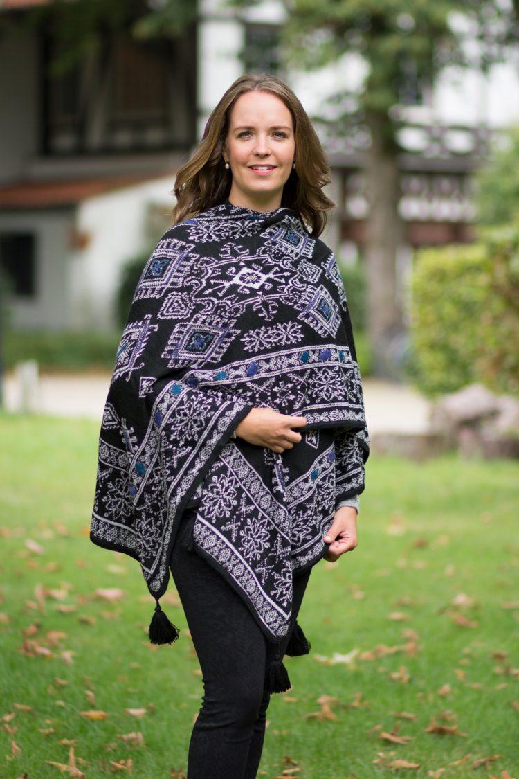 Omkeerbare omslagdoek cape van alpaca wol met gebreid motief zwart grijs