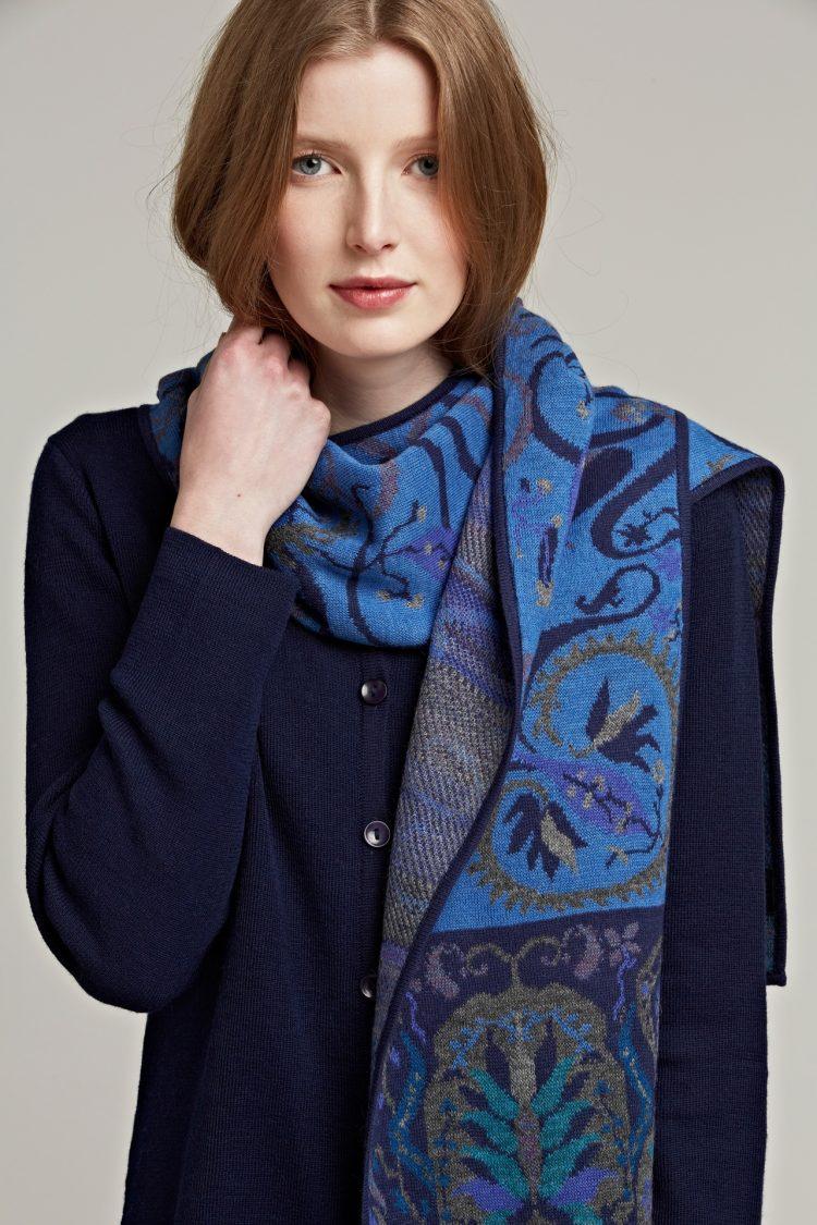 Alpaca wollen shawl blauw motief gebreid Manela Bedford