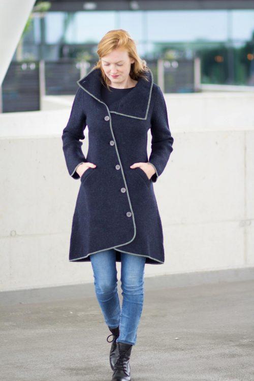 Alpaca wollen mantel donkerblauw met asymmetrische knoopsluiting en grote kraag