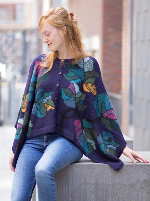 Arana-alpaca-wollen-cape-kort-donkerblauw-motief-peru-knitwear-fairtrade-gebreid