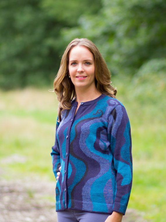 Blauw-zwart-gebreid-alpaca-wollen-vest-design-knitwear-fairtrade-duurzaam
