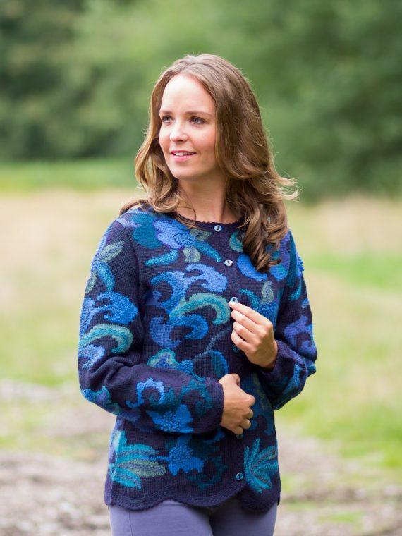 Intarsia-handgebreid-vest-blauw-gebloemd-schulp-rand-alpaca-wol-fairtrade-duurzaam-knitwear