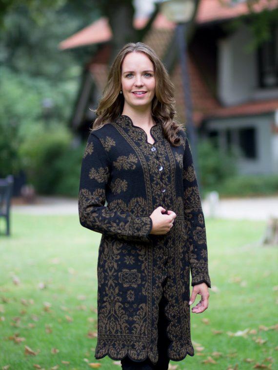 Lang-alpaca-wollen-dames-vest-zwart-goud-geschulpte-rand-exclusieve-dames-kleding-milma-bolivia-knitwear