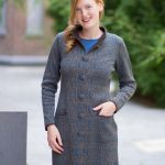 Lang taupe bruin vest met petrol blauw motief van alpaca wol