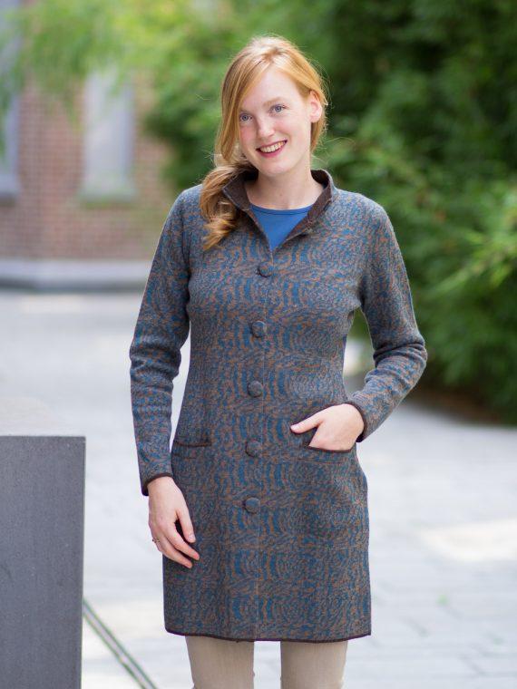 Lang-bruin-vest-stijlvol-petrol-blauw-motief-animal-zakken-kraag-exclusieve-knitwear-design-country-style