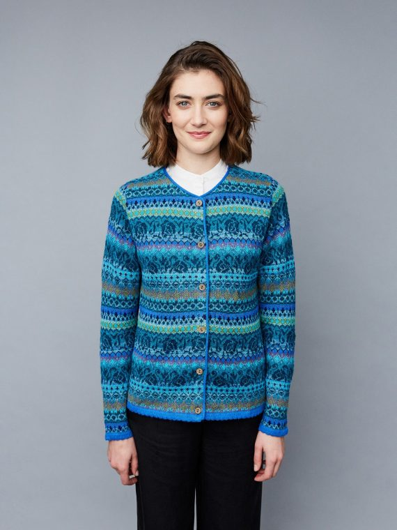 Manuela-bedford-fair-isle-knitwear-gebreid-vest-blauw-turquoise-motief-gebloemd-fairtrade