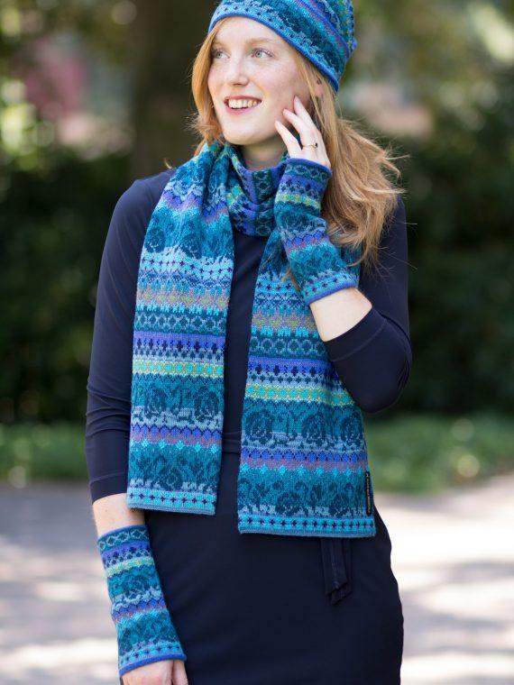 Manuela-bedford-shawl-muts-polswarmers-alpaca-wol-turquoise-blauw-motief-gebreid