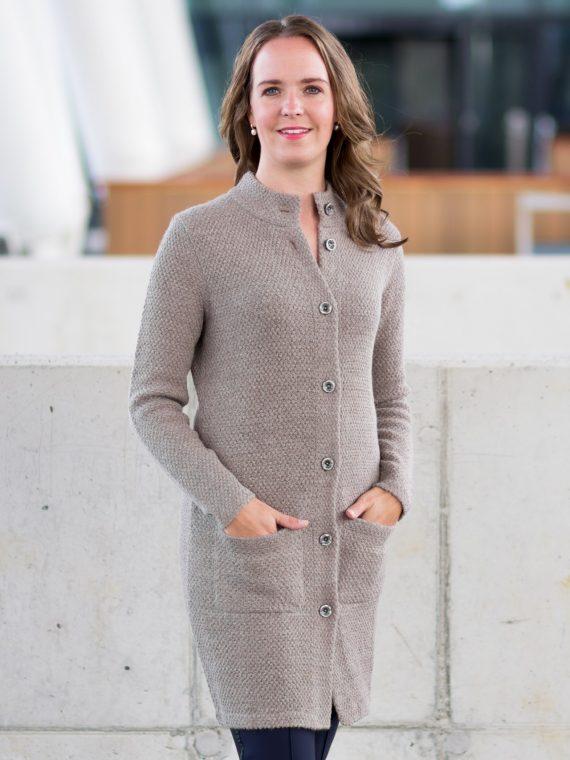 Sportief-lang-gebreid-vest-zand-beige-zakken-opstaande-kraag-fairtrade-knitwear-peru-duurzaam