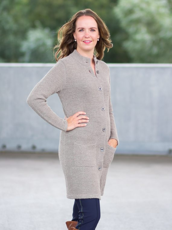Zand-beige-gebreid-dames-vest-lang-met-kraag-alpaca-wol-kwaliteit-peruvian-knitwear-fairtrade-duurzame-wollen-vesten
