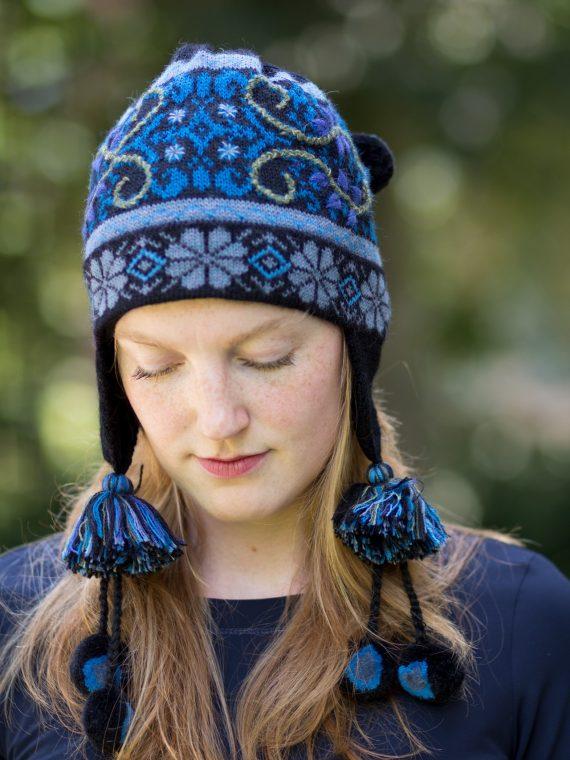 Alpaca-wollen-pompom-muts-zwart-blauw-motief-noors-gevoerd-fleece-peruvian-knitwear-fairtrade