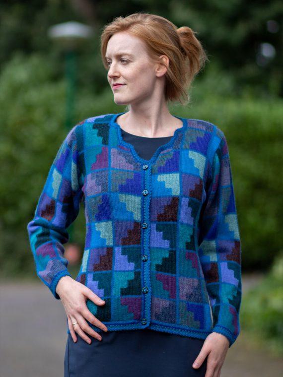 ARANA-alpaca-wol-dames-vest-trap-motief-petrol-blauw-turquoise-intarsia-peru