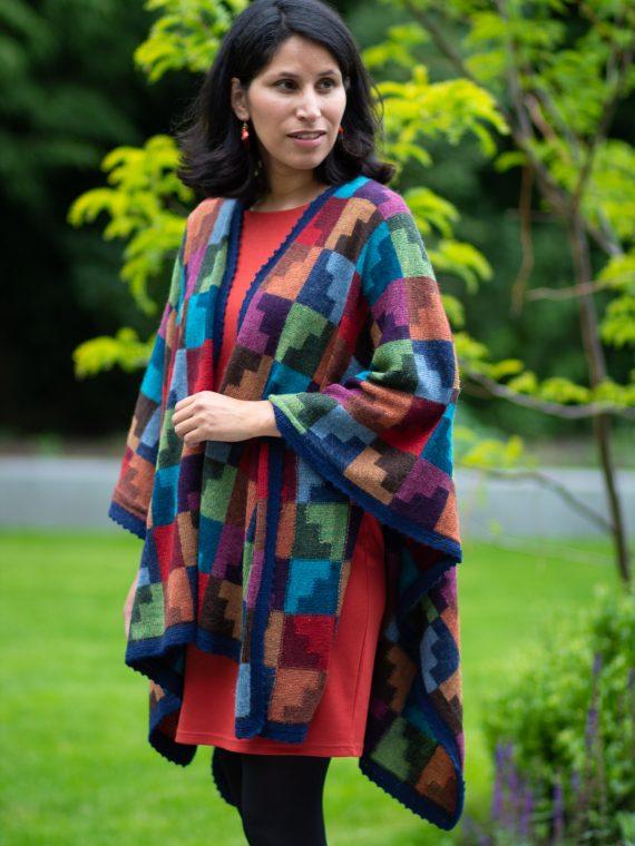 Gebreide-alpaca-wollen-omslagdoek-quilt-cape-blauw-groen-rood-oranje-blok-motief-arana-veenendaal