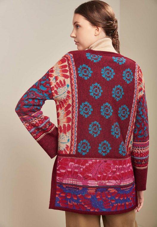 Kleurrijk-alpaca-wollen-dames-vest-KUNA-rood-blauw-gebloemd-motief-duurzaam-fairtrade-Peru