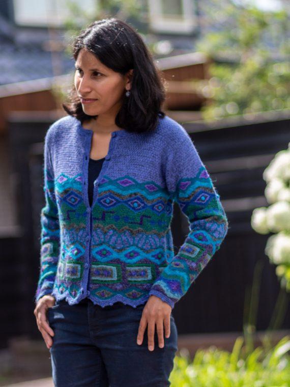 ARANA-alpaca-wollen-vest-lavendel-blauw-groen-gebreid-met-geschulpte-rand-peru-knitwear