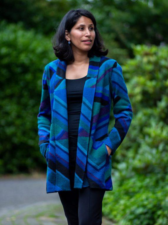Half-lang-alpaca-wollen-dames-vest-shawl-kraag-gebreid-blauw-zwart-gestreept-MILLMA-arana-veenendaal