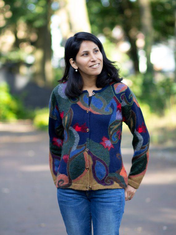Donkerblauw-alpaca-wollen-dames-vest-intarsia-gebreid-natuurlijke-materialen-duurzaam-groen-rood-bloemen-peru-arana-veenendaal