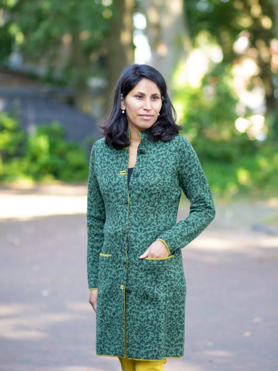 Groen-gebreid-lang-vest-met-motief-en-geel-accent-alpaca-wol-exclusieve-dames-mode-arana-veenendaal