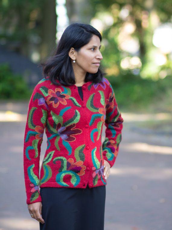 Rood-gebloemd-alpaca-wollen-vest-gebreid-peru-arana-veenendaal-duurzaam-knitwear-